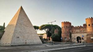 Rzym - Piramida Gajusa Cestiusza i brama św. Pawła